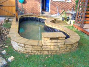 estanque prefabricado con decoración