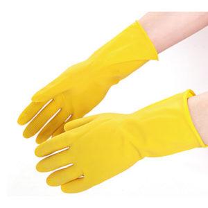 limpiar estanque con guantes